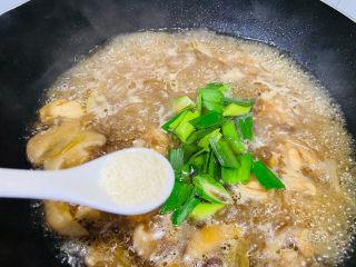 小鸡炖蘑菇粉条,鸡精调味