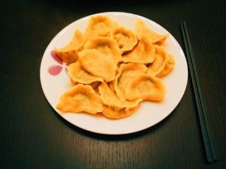 彩色水饺,彩色饺子一盘。