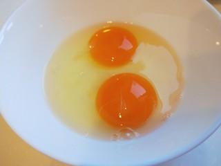 彩色水饺,鸡蛋两个打散。