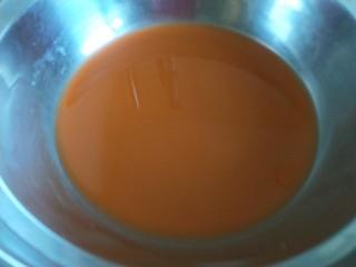 彩色水饺,挤出胡萝卜汁。
