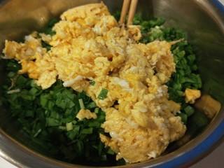 彩色水饺,鸡蛋倒入盆中。