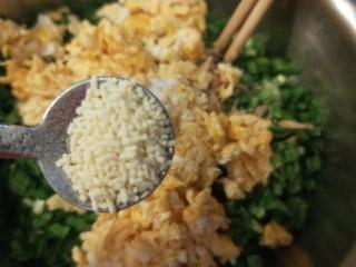 彩色水饺,鸡蛋干切碎,加入鸡精,搅拌均匀即可。