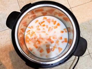 奶香南瓜粥,这道粥是用纯牛奶煮的,加入2盒牛奶(500ml)