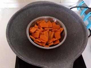 南瓜芝麻球,把南瓜放入锅里,水开后蒸20分钟