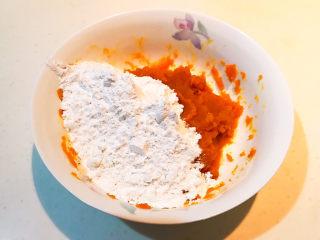 南瓜芝麻球,趁热加入糯米粉和白糖