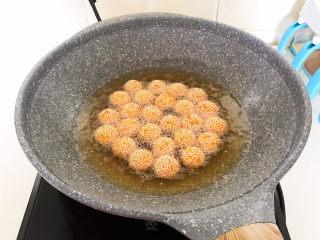 南瓜芝麻球,炸至南瓜芝麻球漂浮上来