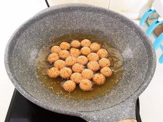 南瓜芝麻球,排气后的南瓜芝麻球长大了一圈,又漂浮上来就熟了