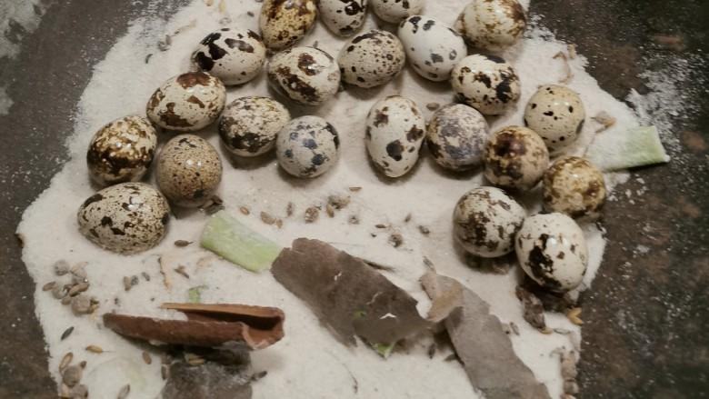 盐焗鹌鹑蛋,盐在锅中分成两份 在一半处放入鹌鹑蛋