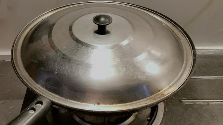 盐焗鹌鹑蛋,盐吸饱了热能  关火 盖上盖子再焖5分钟