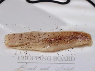 开放式鳕鱼鸡蛋三明治,用手把鳕鱼慢慢抓匀后,腌制20分钟。