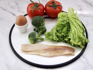 开放式鳕鱼鸡蛋三明治,首先备齐所有的食材,鳕鱼提前从冰柜取出解冻。