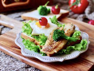 开放式鳕鱼鸡蛋三明治,吐司片香酥可口,鳕鱼外酥里嫩肉嫩紧致又鲜美无比,煎的鸡蛋更是鲜嫩入味,再搭配上西兰花和小番茄,完美。
