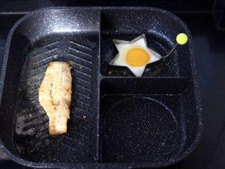 开放式鳕鱼鸡蛋三明治,煎锅烧热后,倒入橄榄油烧至六成热时,放入腌制好的鳕鱼,小火开始慢慢煎制,再把鸡蛋也放入煎锅里,我用了模具,没有模具的可以直接煎。