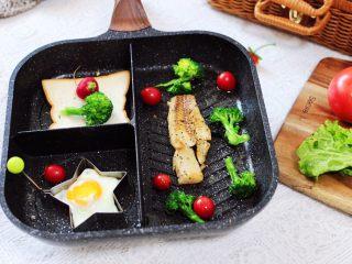 开放式鳕鱼鸡蛋三明治,好吃又营养丰富的开放式鳕鱼鸡蛋三明治,就完美出锅咯。