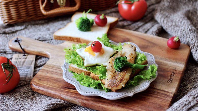 开放式鳕鱼鸡蛋三明治