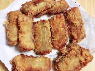 炸酥帶魚,盤中放入吸油紙,炸好的帶魚放在上面吸取多余的油。