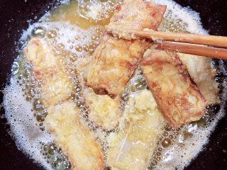 炸酥帶魚,中小火炸至金黃色,即可一個個的淋油出鍋了。