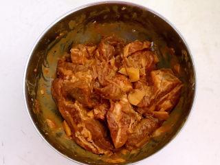 豆鼓蒸排骨,用手抓匀,盖上保鲜膜腌制入味30分钟