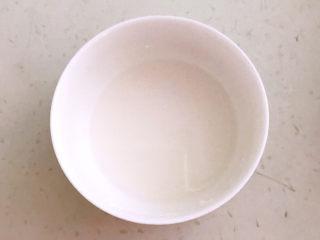 豆鼓蒸排骨,玉米淀粉加入冷水,调成水淀粉