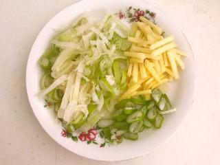 豆鼓蒸排骨,鲜姜切成丝,大葱切成葱花