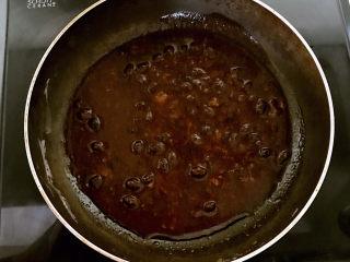 豆鼓蒸排骨,把蒸排骨的汤汁倒入炒锅加热