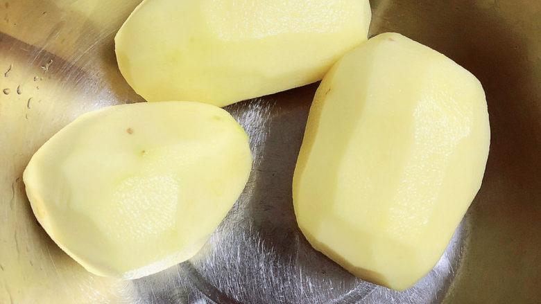 红烧土豆鸡块,土豆削皮洗净待用。