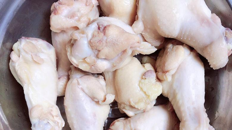 红烧土豆鸡块,捞出鸡翅根洗净待用。