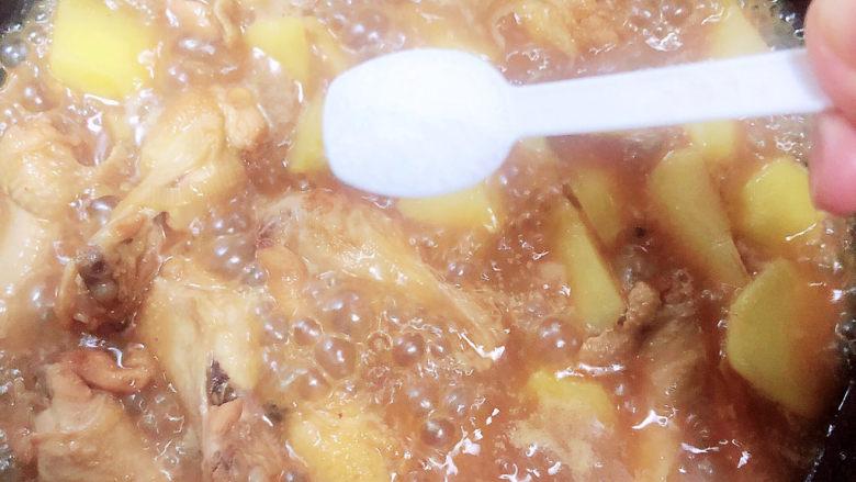 红烧土豆鸡块,15分钟后,土豆基本熟了放入1勺盐,盖盖儿中火炖5分钟。