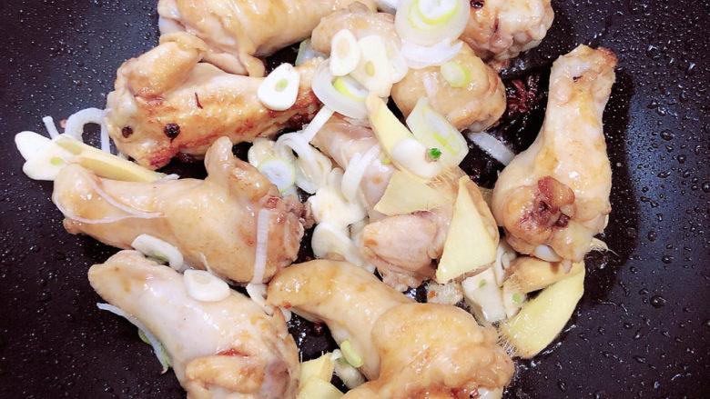 红烧土豆鸡块,放入葱姜蒜,继续翻炒。