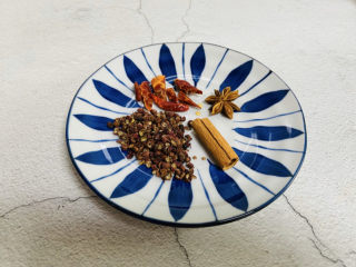 盐焗鹌鹑蛋,花椒、辣椒、八角、桂皮