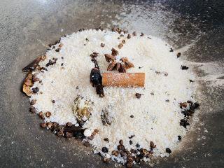 盐焗鹌鹑蛋,将盐盖住鹌鹑蛋盖上锅盖小火焖15分钟
