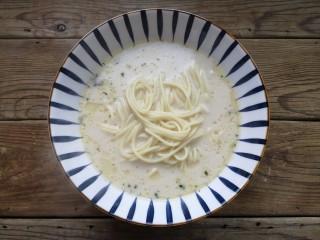 雪菜肉丝面,将煮好的面条捞出,放入汤底。