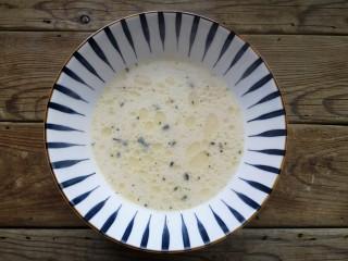 雪菜肉丝面,在提前熬好的骨汤中加入适量的盐和3毫升香油,调个汤底。没有骨汤的话可以用浓汤宝。