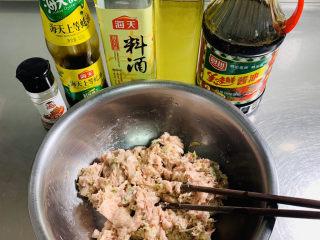 彩色水饺,将搅打好的猪肉馅了加入料酒、酱油、蚝油、13香、玉米油用筷子顺时针一个方向搅拌均匀。