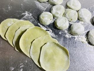 彩色水饺,面剂均匀的撒上干粉压扁,擀成薄后均匀的饺子皮。