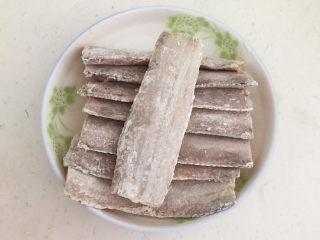 炸酥带鱼,所有的带鱼都裹上一层面粉备用