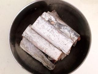 炸酥带鱼,带鱼放入盆里,,加入温水清洗,清除内脏