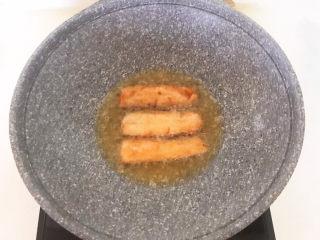 炸酥带鱼,煎至两面金黄即可