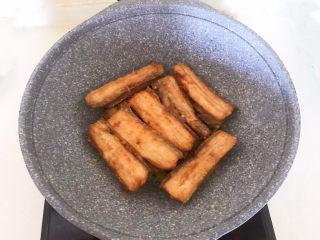 炸酥带鱼,加入煎好的带鱼翻炒均匀,经过炒制的带鱼口味更佳丰富~