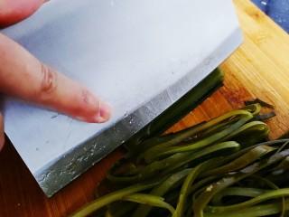香辣海带丝,对折切成丝状