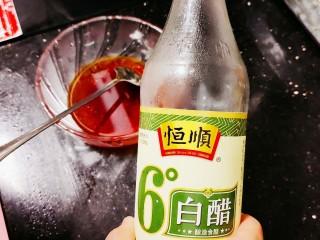 香辣海带丝,先加入白醋