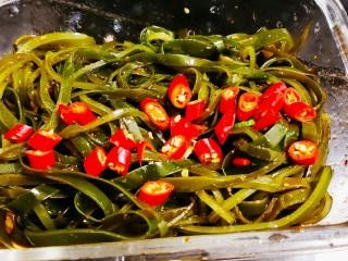 香辣海带丝,切2个红小米椒放在海带丝上
