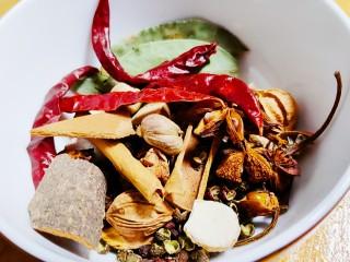 五香酱牛肉,混合酱料(桂皮,花椒,干辣椒,八角等)
