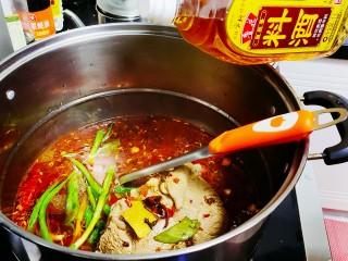 五香酱牛肉,倒入料酒,生抽,盖上盖子,先大火烧,然后小火慢煮
