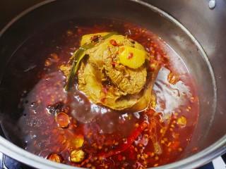 五香酱牛肉,小火煮的过程中,将牛肉翻边继续煮,整个过程煮2个小时左右,然后关火放置1个小时