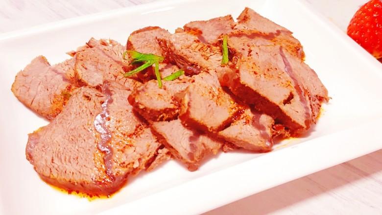 五香酱牛肉,切片,撒上辣椒油和葱花