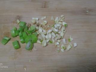 凉拌内酯豆腐、上海青、粉条,葱、姜、蒜切碎