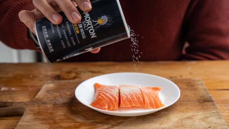 白露柠香三文鱼,给生活添些情调!,先把三文鱼肉洗净用厨房纸擦干,撒上盐。