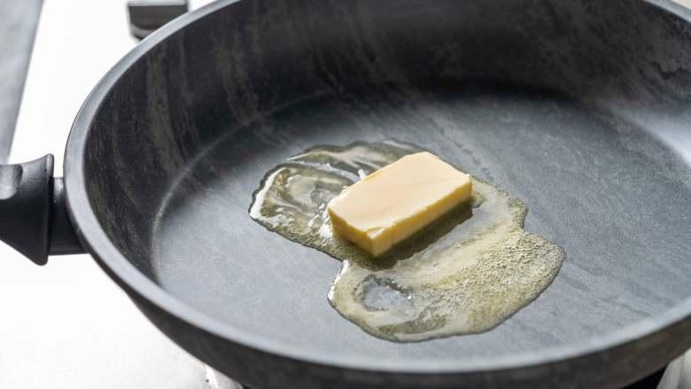 白露柠香三文鱼,给生活添些情调!,锅里中火加热黄油并融化。