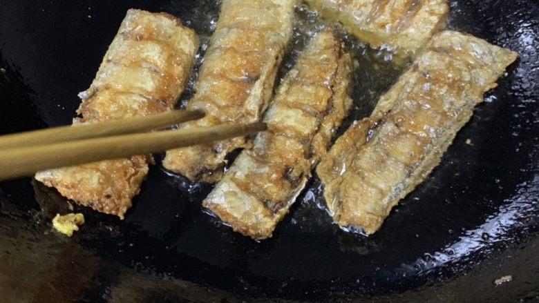 炸酥带鱼,放油